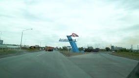 De weg alvorens de stad van Temirtau, Kazachstan in te gaan Op de rechterkanttribunes het embleem van metallurgisch stock videobeelden