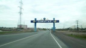 De weg alvorens de stad van Temirtau, Kazachstan in te gaan Voor de horizon is een schild stock videobeelden
