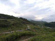 De weg in bergen royalty-vrije stock afbeeldingen