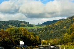 De weg in de bergen alpen stock afbeeldingen