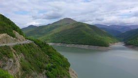 De weg in de bergen, de bergen is behandeld met bos stock videobeelden