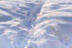 De weg in de witte sneeuw Het spel van licht en schaduw Royalty-vrije Stock Afbeelding
