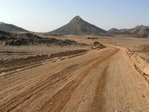 De weg die de woestijn van de Sahara doornemen. royalty-vrije stock afbeelding