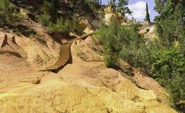 De Weg die neer tot de Vroegere Okersteengroeven van Roussillon leiden stock foto's