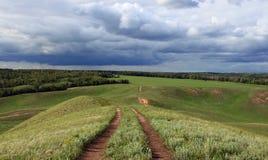 De weg die neer van de heuvel leiden royalty-vrije stock foto's