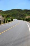 De weg die tot berg leiden stock afbeeldingen