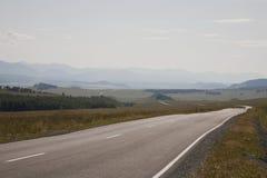 De weg die tot de bergen leidt Royalty-vrije Stock Afbeeldingen