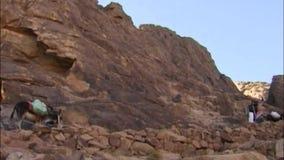 De weg die tot de piek van Onderstel Sinai leiden Egypte stock footage