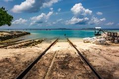 De weg die tot de oceaan leiden stock afbeelding
