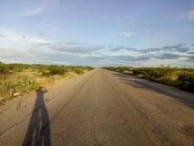 De weg die tot de rivierhaven leidt stock foto's