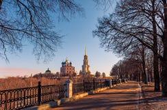 De weg die tot Ryazan het Kremlin op een Zonnige de herfstdag leiden royalty-vrije stock foto