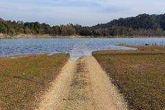 De weg die tussen het water op de bodem wordt verloren Royalty-vrije Stock Afbeelding