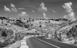 De weg die van Curvy de vallei kruist Stock Afbeelding