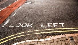 De weg die van de waarschuwing voor Voetganger merkt kijkt linker Stock Afbeeldingen