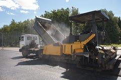 De weg die van het asfalt de werken herstelt stock foto