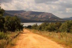 De Weg die van het grint tot Dam leidt Royalty-vrije Stock Fotografie
