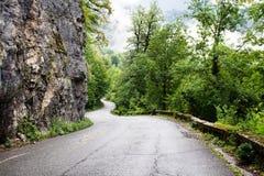 De weg door de bergen van Abchazië stock afbeelding