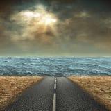 De weg door de woestijn aan het overzees Royalty-vrije Stock Afbeeldingen