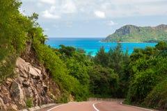 De weg door het eiland met het oog op de oceaan stock afbeelding