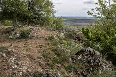 De weg door de rand van de heuvel in de Kleine Karpatische bergen royalty-vrije stock foto