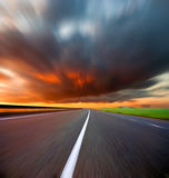 De weg en de hemel van Blured Stock Foto