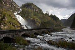 De weg en de waterval van de berg Royalty-vrije Stock Afbeeldingen