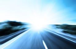 De weg en de zon van het onduidelijke beeld Royalty-vrije Stock Afbeeldingen