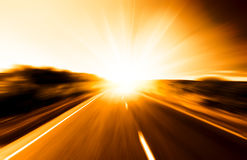 De weg en de zon van het onduidelijke beeld Stock Fotografie