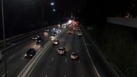 De weg en het verkeer van Sao Paulo, bij nacht stock video