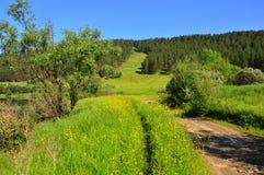 De weg en de weg zijn parallel Lood in de bergen Op een zonnige de zomerdag Landschap stock fotografie