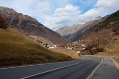 De weg gaat bergdorp in Royalty-vrije Stock Foto