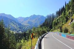De weg gaat naar Chimbulak Royalty-vrije Stock Foto's