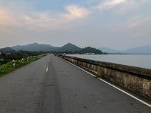 De weg heeft natuurlijk milieu rond dit gebied, de meeste mensen i royalty-vrije stock afbeeldingen