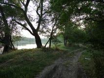 De weg langs de rivier Stock Afbeeldingen