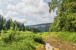 De weg langs de rivier Royalty-vrije Stock Afbeelding