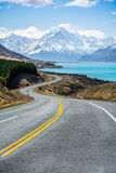 De weg langs Meer Pukaki om Cook National Park, Nieuw Zeeland op te zetten Royalty-vrije Stock Foto's