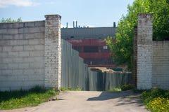 De weg leidt tot de fabriek stock foto