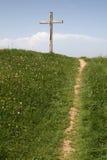 De weg leidt tot houten kruis Stock Afbeelding