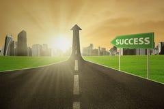 De weg met een succes voorziet van wegwijzers Stock Foto