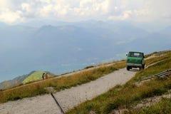 De weg met mening over de bergen en een meer in de wolken Stock Foto
