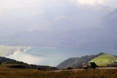De weg met mening over de bergen en een meer in de wolken Royalty-vrije Stock Foto
