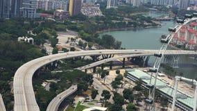 De weg met verkeer in megapolis, openbaart de ingewikkelde bezige kruising van de verbindingsweg en groene gebieden stock video
