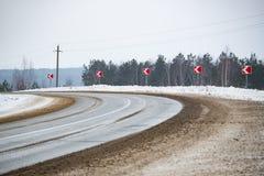 De weg met vuile sneeuw en tekens Stock Foto's