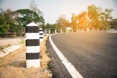 De weg met witte lijnen is een scheidingslijn en heeft zwart-en-w Stock Afbeelding