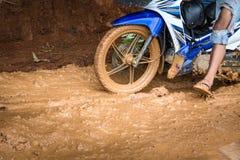 De weg na regen in het platteland, vervoer is niet gemakkelijk stock foto