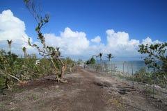 De weg naast chainlink omheiningsblokken van het terugkrijgen van gebied van mooi Florida sluit strand na wordt vernietigd door O Royalty-vrije Stock Foto's