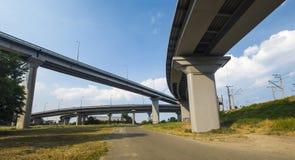 De Weg onder Viaduct Stock Fotografie