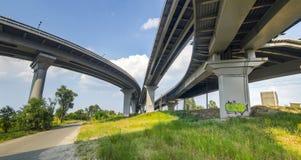 De Weg onder Viaduct Royalty-vrije Stock Foto's