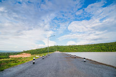 De weg op de dam houdt het water Royalty-vrije Stock Fotografie