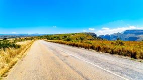 De weg op het Highveld-plateau dat naar het gezichtspunt van Drie Rondavels gaat Royalty-vrije Stock Foto's